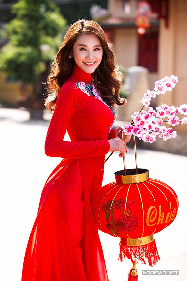 Linh Chi đẹp rạng rỡ với áo dài cưới hoa xuân