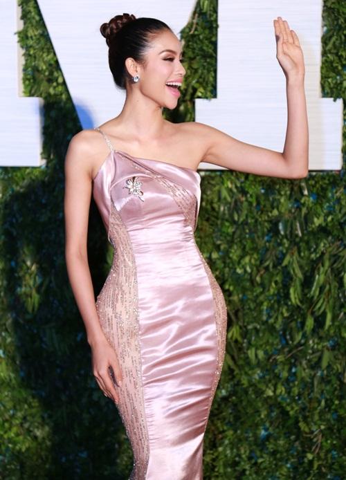 Sao Việt quyến rũ với sắc hồng thạch anh