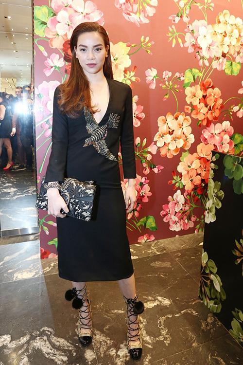 ồ Ngọc Hà diện cả cây Gucci với váy lên tới 85 triệu đồng. Giày 38 triệu đồng và cluch 60 triệu đồng.