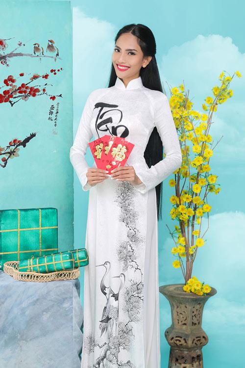 truong-thi-may-khoe-dang-cung-ao-dai-xuan-2