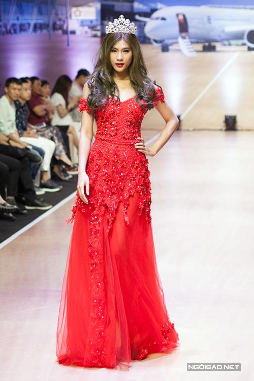 Kim Dung làm vedette lộng lẫy khi diện váy cưới