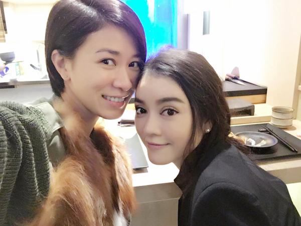 Sau một năm làm việc và kinh doanh khá bận rộn, Lý Nhã Kỳ 'tự thưởng' cho bản thân bằng kỳ nghỉ tại Hong Kong vào đúng dịp Tết dương lịch. Trong chuyến đi, cô có nhiều thời gian để hội ngộ với ngôi sao TVB Xa Thi Mạn. Cả hai cùng đi ăn, trò chuyện thân mật.