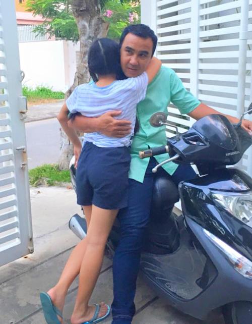 """Con gái Quyền Linh chạy ra mở cửa, ôm cổ bố đầy tình cảm: """"Đi làm về, con gái chạy ra mở cổng, rồi ôm, rồi """"nhỏ to tâm sự""""... Chỉ bấy nhiêu thôi là ba hết mệt rồi. Hehehe..."""""""