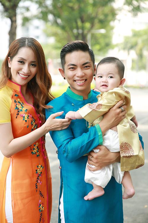 Nhân dịp năm mới, gia đình Khánh Thi - Phan Hiển - bé Kubi và các học trò như: Linh Hoa  (Quán quân Bước nhảy hoàn vũ nhí 2014), Vy Khanh (Quán quân Bước nhảy hoàn vũ nhí 2015)... đã cùng thực hiện bộ ảnh kỉ niệm. Khánh Thi - Phan Hiển cùng các học trò diện áo dài nổi bật được thực hiện bởi NTK Thuận Việt. Thú vị nhất, Kubi cũng được chuẩn bị một bộ áo dài riêng để chụp ảnh cùng bố mẹ trong dịp đặc biệt này. 7 tháng tuổi, trông Kubi ngày càng vô cùng đáng yêu và nhận được sự yêu thương, quân tâm từ khán giả.