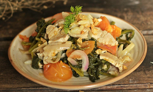 Cải bẹ muối chua xào thịt gà chống ngán