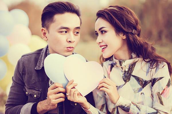 """[CaptionSau khi tổ chức """"đám cưới ngôn tình"""" vào đầu tháng 11.2015, Tú Vi - Văn Anh đã dành nhiều thời gian tận hưởng những khoảnh khắc của """"đôi vợ chồng son"""". Nhân ngày Valentine, cả hai cũng đã dành cho nhau kỳ nghỉ ngọt ngào tại đất nước Singapore. Sau khi trở về, cả hai sẽ bắt đầu thực hiện một MV ca nhạc chung, đánh dấu cho chuỗi các dự án chung của cả hai trong năm mới."""