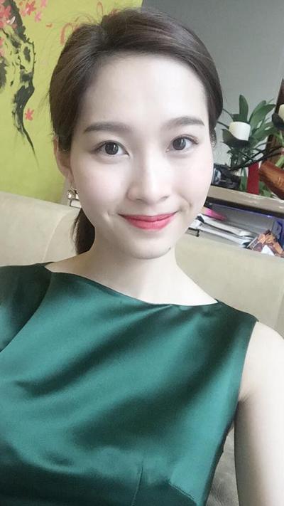 Mừng Valentine,  Hoa hậu VN 2012 Đặng Thu Thảo chỉ đăng dòng status nhẹ nhàng cùng tấm ảnh cá nhân: Một ngày cho cảm xúc chân thật. Một ngày trọn vẹn cho mình và người thân, không công nghệ, mạng xã hội.