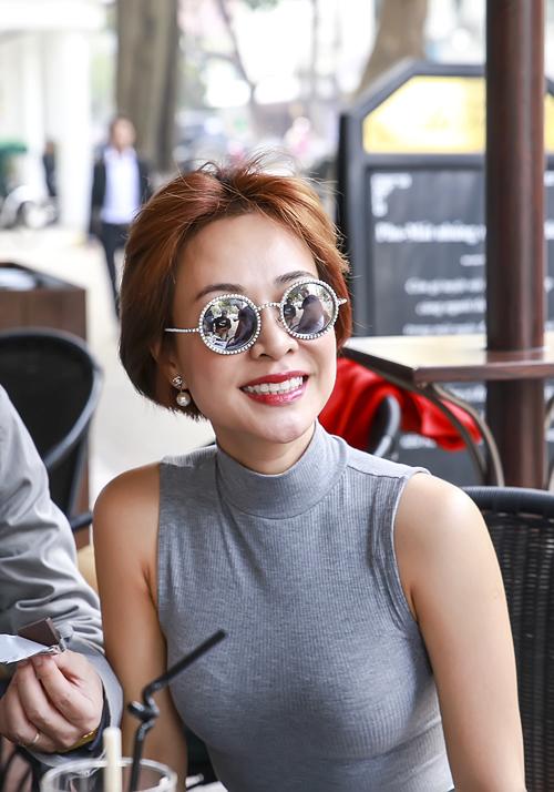 bang-kieu-hut-thuoc-lao-khi-ngoi-cafe-o-khach-san-5-sao-5