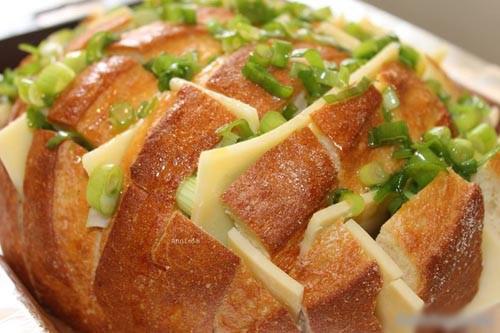 Nếu nhà bạn có sẵn lò nướng thì hãy thường xuyên thực hành kiểu nướng bánh nhanh tiện lợi này nhé, ngon không kiềm lòng được luôn đấy.