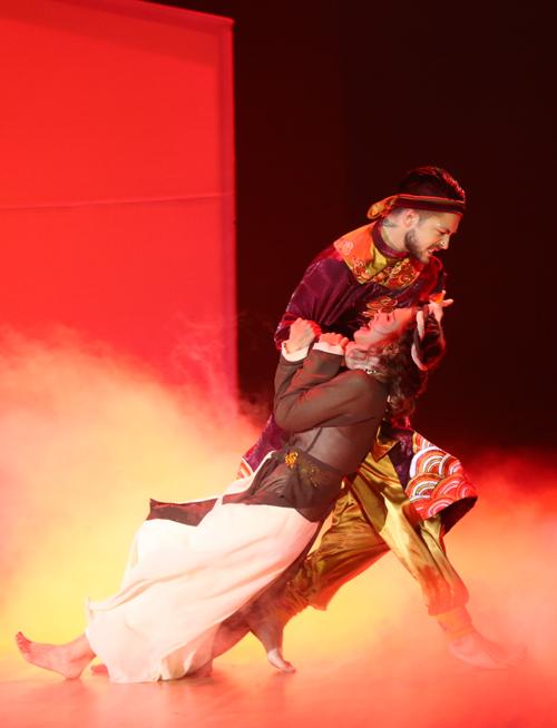 Bài nhảy của Khả Ngân được cả 4 giám khảo dành cho nhiều lời đánh giá tốt. Khánh Thi cho rằng, phần dance sport với các điệu Rumba, Paso và đương đại của cô khá hoàn hảo, tuy nhiên, diễn xuất của Khả Ngân chưa đủ độ mặn mà của một người vợ khi gặp lại chồng. Tiết mục nhận được 37,5 điểm.