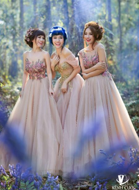 Bộ 3 gái ế gây chú ý khi mặc váy cưới 2