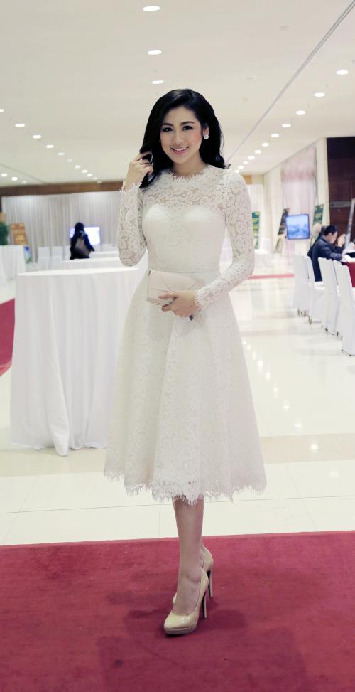 Thay đổi style sang trọng hàng ngày, nhan sắc Hoa hậu Việt Nam 2012 diện