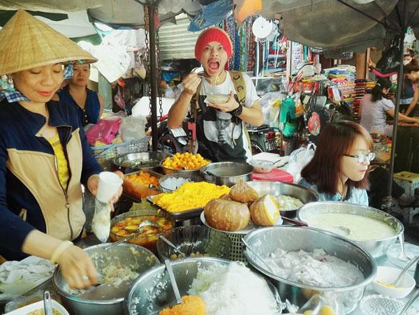 hai-ca-si-noi-tieng-malaysia-me-mn-qua-vat-sai-gon-5