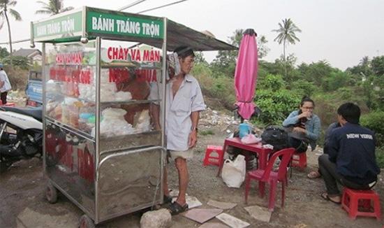 Quán cóc ven đường, nơi ông Đầy với người phụ nữ từng bị bà Hoa trút mưa dao can tội cướp chồng hờ.