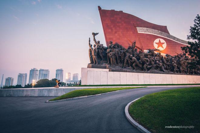 Trong chuyến du lịch 12 ngày đến thủ đô Bình Nhưỡng và một số thành phố nổi tiếng (CHDCND Triều Tiên), nhiếp ảnh gia Reuben Teo đến từ Malaysia đã ghi lại những khoảnh khắc hiếm có về một trong những đất nước bí ẩn nhất thế giới. Bộ ảnh là cái nhìn hoàn toàn khác với suy nghĩ lâu nay của đa số người xem về một đất nước lạc hậu, kém phát triển.