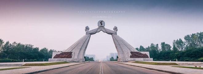 Cổng chào nổi tiếng với hình tượng hai phụ nữ mặc trang phục Triều Tiên truyền thống.