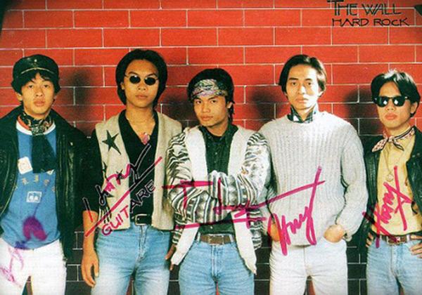 Năm 1998, The Wall trở thành ban nhạc chuyên nghiệp, với dấu mốc là đêm nhạc 'Khoảnh khắc giao thời'. Năm 2000, nhóm chính thức lấy tên là Bức Tường và liên tiếp gặt hái được nhiều thành công, trở thành một trong những ban nhạc Rock hàng đầu của Việt Nam thời bấy giờ.