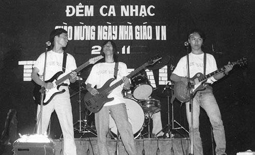 Các thành viên của nhóm Bức Tường ngày mới thành lập: ca sĩ/nhạc sĩ Trần Lập và 2 guitar là Trần Tuấn Hùng, Nguyễn Hoàng.