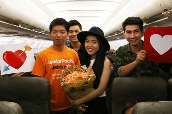Cặp đôi được sự ủng hộ nhiệt tình của các hành khách trên chuyến bay