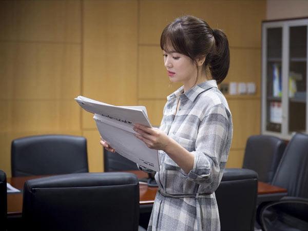 song-hye-kyo-kheo-mix-do-hieu-binh-dan-trong-hau-due-mat-troi-8