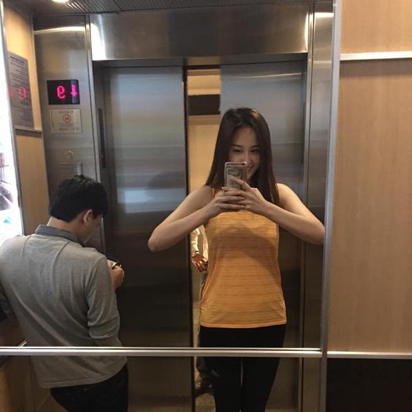 Mai Phương Thúy chụp ảnh trong thang máy