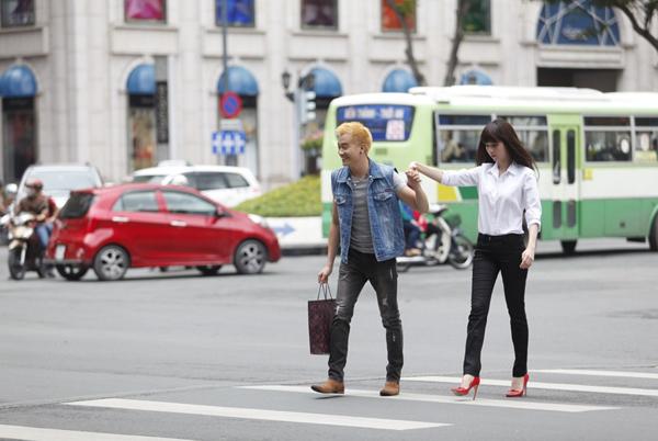 luong-manh-hai-luyen-catwalk-cho-ngoc-trinh-7