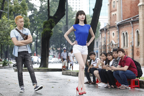 luong-manh-hai-luyen-catwalk-cho-ngoc-trinh-1