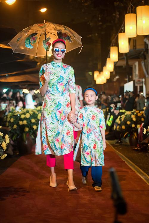 Chim công xuất phát từ ý nghĩa tốt đẹp của loài chim tượng trưng cho sự hồi sinh, hân hoan và rực rỡ.Trong BST lần này, Ngọc Hân tiếp tục thiết kế những mẫu áo dài cho mẹ và các bé. Cô sử dụng công nghệ in vải để thể hiện những mẫu thiết kế đầy màu sắc trên rất nhiều chất liệu vải như gấm, lụa, voan, lưới, tạo sự trẻ trung, bay bổng. Những tà áo dài cách tân dường như thêm hiện đại và thời trang khi được cô kết hợp cùng với quần cullot - một mẫu quần rất được các bạn trẻ ưa chuộng hiện nay.