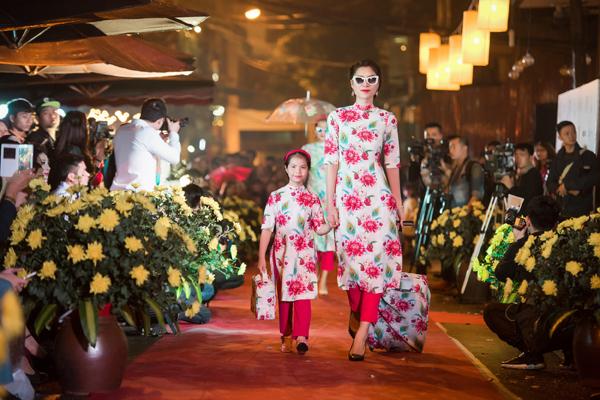 Cô sử dụng công nghệ in vải để thể hiện những mẫu thiết kế đầy màu sắc trên rất nhiều chất liệu vải như gấm, lụa, voan, lưới, tạo sự trẻ trung, bay bổng. Những tà áo dài cách tân dường như thêm hiện đại và thời trang khi được cô kết hợp cùng với quần cullot - một mẫu quần rất được các bạn trẻ ưa chuộng hiện nay.