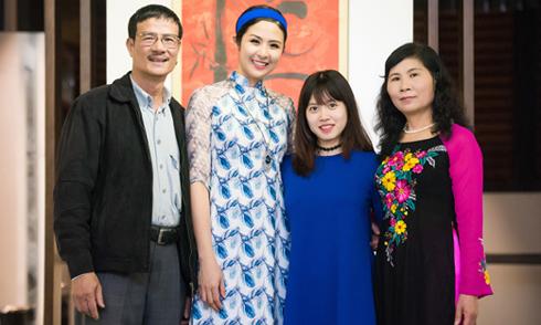 Bố mẹ và em dâu ủng hộ Ngọc Hân ra bộ sưu tập mới
