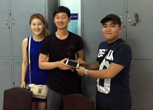Hiệp sĩ Sin trao lại chiếc điện thoại cho du khách người Hàn Quốc khi bị giật ngoài đường. Ảnh: AS.