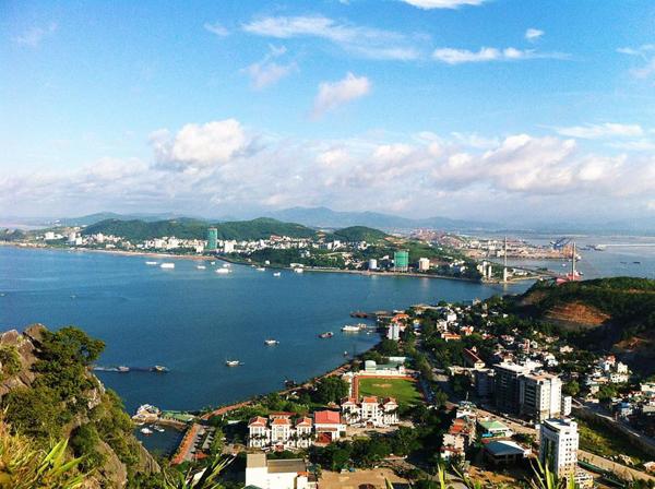 có thể ngắm nhìn toàn cảnh thành phố Hạ Long ở độ cao này