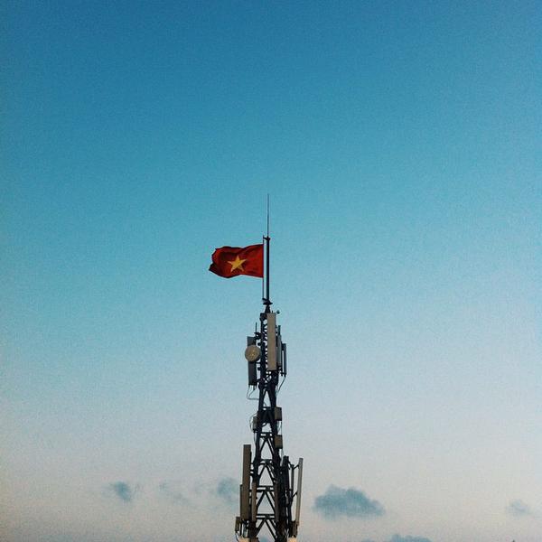 Lá cờ đỏ sao vàng từ một người thợ mỏ đã anh dũng cắm lên trong những năm kháng chiến chống Pháp vẫn luôn tung bay trong gió trên đỉnh núi Bài Thơ