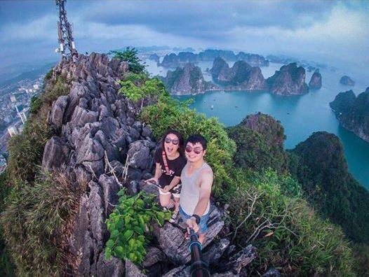 Toàn cảnh thành phố Hạ Long sẽ hiện ra trước mắt bạn khi đã chinh phục được ngọn núi này.