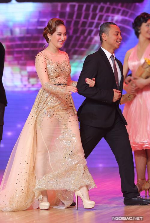 Cả hai khoác tay nhau thân mật trong lúc lên sân khấu trao giải cho những vũ công quốc tế.