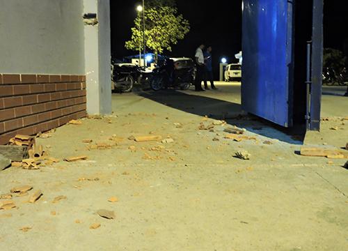 Gạch, đá mà các học viên ném trả bảo vệ trước cổng trung tâm. Ảnh: Xuân Thắng