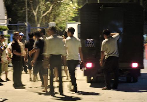 Cảnh sát được huy động để ngăn chặn học viên gây rối. Ảnh: Xuân Thắng.