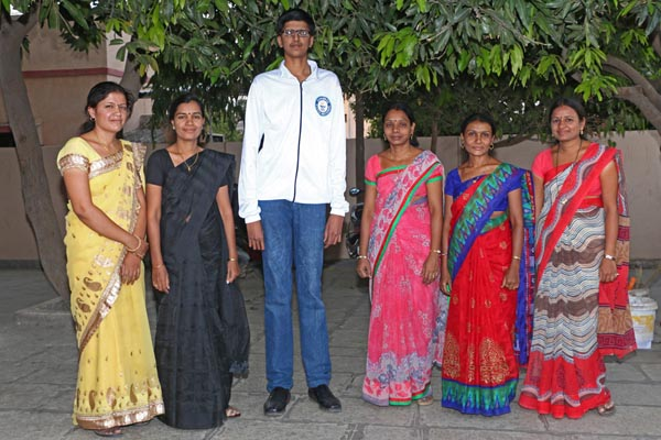Yashwant cao vượt trội khi đứng cạnh