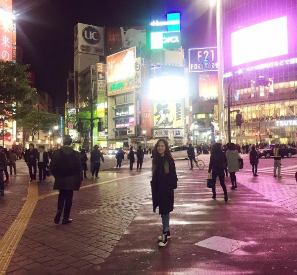Ở đó Ly được ngắm hoa anh đào, tham quan lâu đài cổ hay được đến một trong những khu vực sầm uất nhất Tokyo là Shibuya và Harajuku. Ly cũng rất ấn tượng với khu phố Harajuku sầm uất. Ly từng nghe nhiều người nhắc về khu vực này nhưng đây là lần đầu thật sự được đặt chân tới tham quan. Ở đây mọi người đều ăn mặc rất thời trang, thậm chí có phần quái quái, nhiều khi cứ y như nhân vật truyện tranh. Hơi tiếc là do không có nhiều thời gian nên Ly ít có hành ảnh tham quan khu vực đặc biệt này.