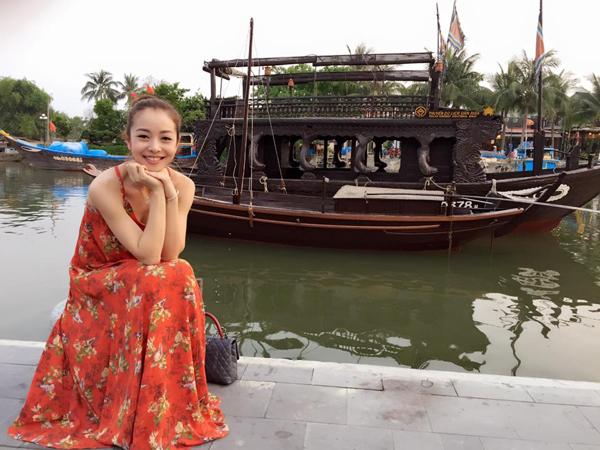 Jennifer Phạm diện đầm maxi cam dịu dàng bên bờ sông Hoài ở Hội An.