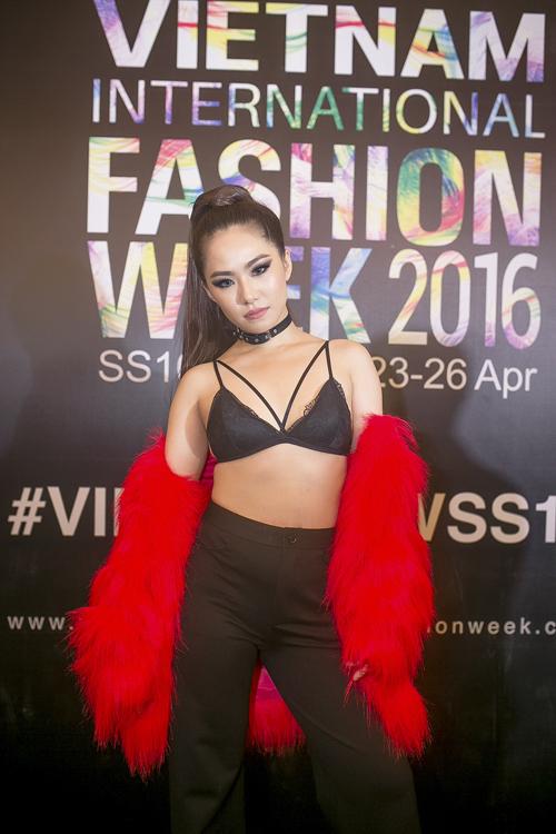 Khoe trọn nội y là một trong những trào lưu ăn mặc thịnh hành và được nhiều người đẹp Việt yêu thích.