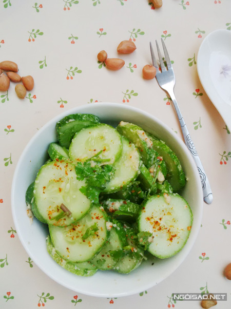 Nếu bạn thích ăn salad dưa leo mát lạnh thì sau khi trộn nước salad bạn để vào tủ lạnh cho mát nhé.