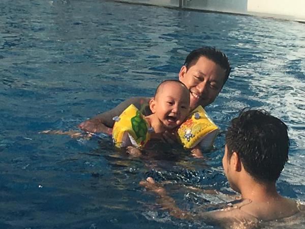 Tuấn Hưng cho bé Su Hào xuống hồ bơi: