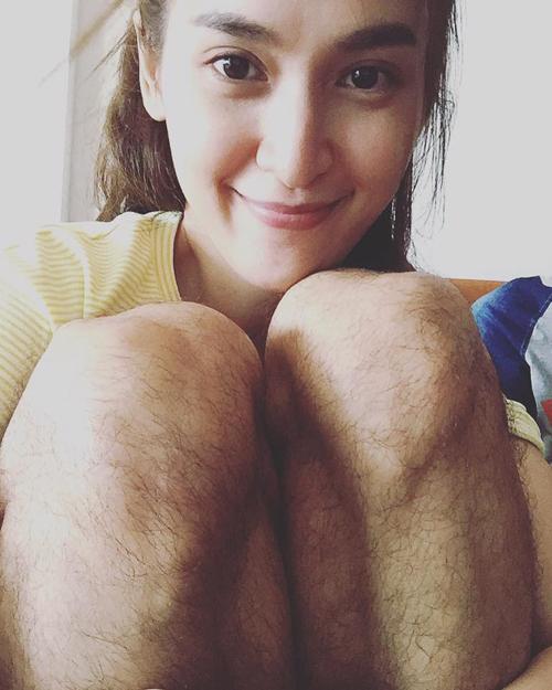 Tú Vi chụp hình với cặp chân của ông xã Văn Anh khiến người xem giật mình.