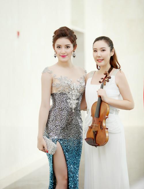 Nghệ sĩ violin Hàn Quốc Jmi tham gia biểu diễn tại sự kiện. Cô rạng rỡ khi được gặp Á hậu Huyền My.