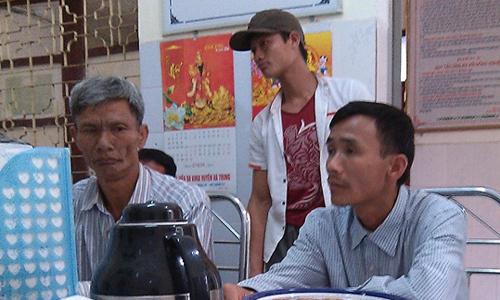 Người thân sản phụ Ly kéo đến Bệnh viện Đa khoa Hà Trung yêu cầu nhận trách nhiệm vụ việc. Ảnh: Lam Sơn.