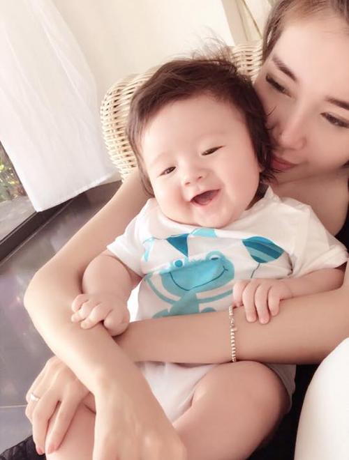 Túc Mạch rạng rỡ bên mẹ Elly Trần: