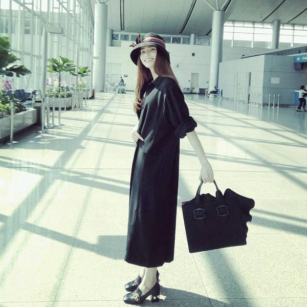 Hà Hồ tươi tắn tại sân bay: