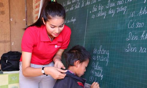 Phạm Hương dạy tiếng Việt cho trẻ em dân tộc thiểu số