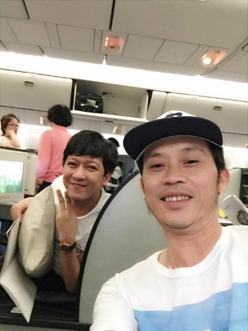Hoài Linh và Trường Giang chụp hình tự sướng trên máy bay khi đi lưu diễn: